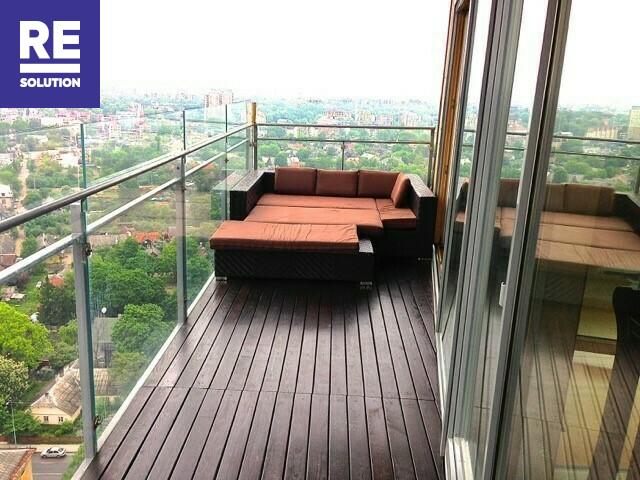 Parduodamas butas su nuostabia miesto panorama per buto langus nuotrauka nr. 2