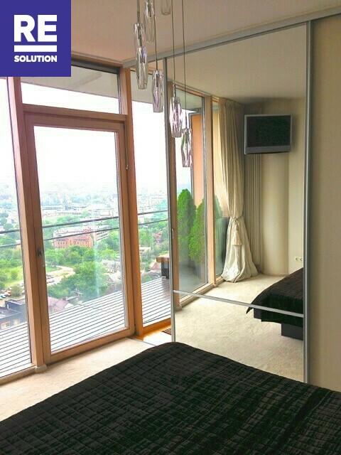 Parduodamas butas su nuostabia miesto panorama per buto langus nuotrauka nr. 6