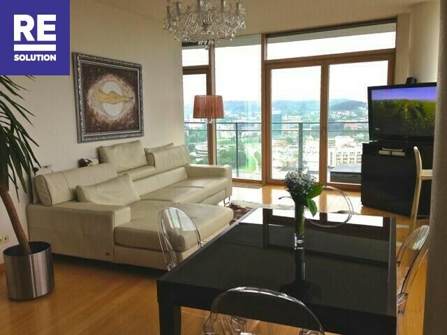 Parduodamas butas su nuostabia miesto panorama per buto langus